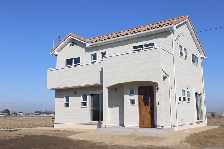 アイボリーの壁と混ぜ葺き屋根のかわいいお家