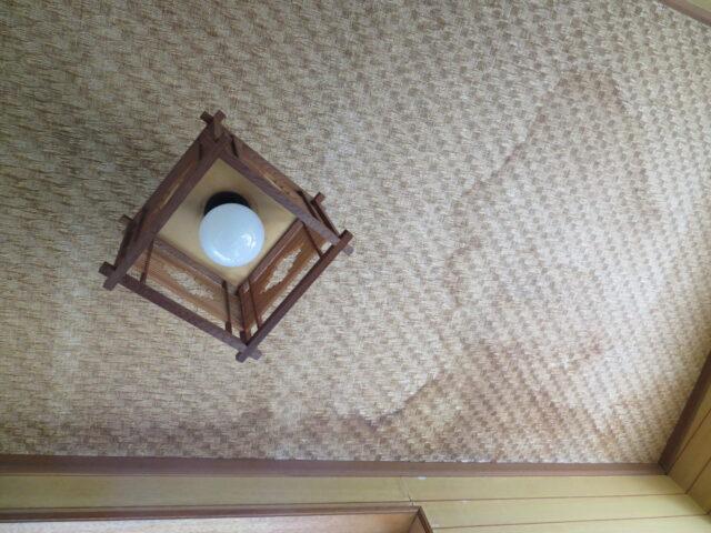 【下妻市】プチリフォーム、雨漏りでシミになっていた天井のクロス貼替えました
