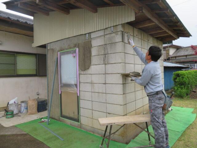 【下妻市】プチリフォームでいい気分!ボイラー小屋の左官塗替え工事始まりました。