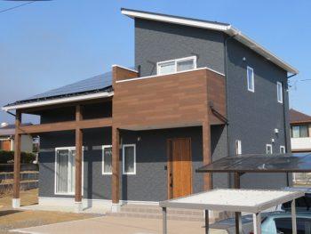 かっこいい外観と勾配天井のリビングがある家