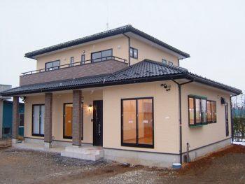 42坪梁見せ天井のリビングと新壁和室のある洋風住宅