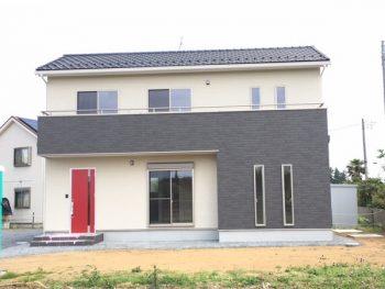 お手入れ楽々の外壁と真っ赤な玄関がおしゃれな家