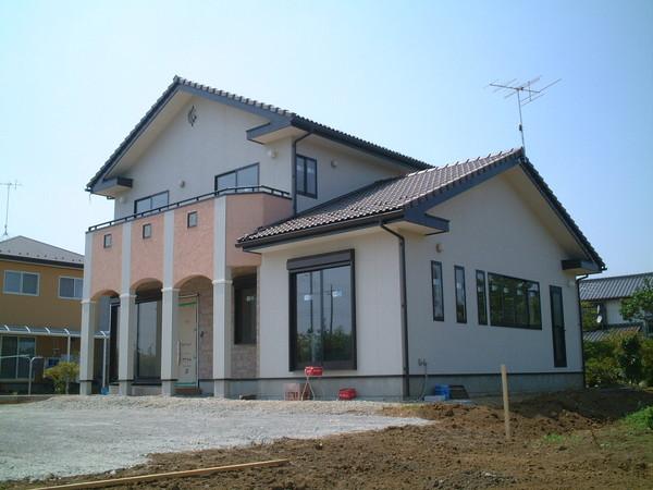 リビング吹抜けと広々明るい玄関のある開放的な家