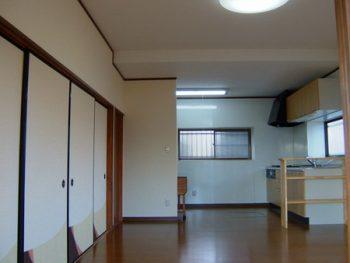 壁に仕切られた北側キッチンを明るく広いLDKにリフォーム